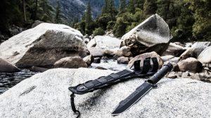 Нож выживальщика на камнях