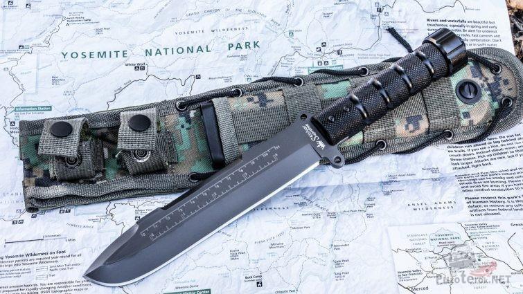 Нож выживальщика с чехлом сверху на американской карте