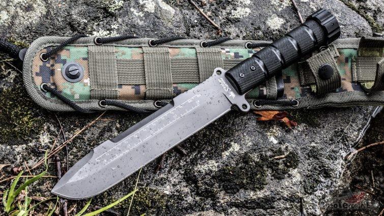 Нож выживания с дождевыми каплями на лезвии
