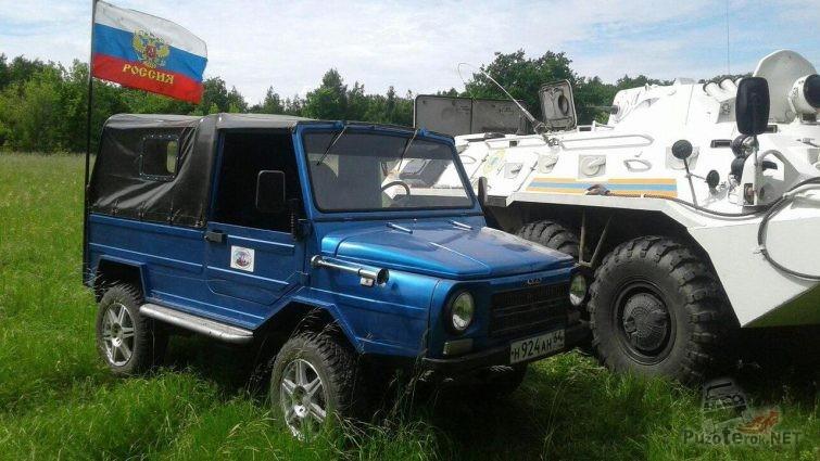 Синий ЛУАЗ рядом с БТР