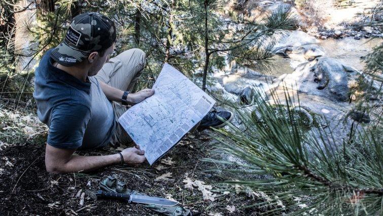 Турист разглядывает карту Йосемитского национального парка