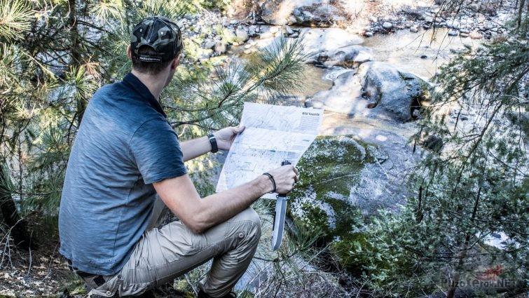 Турист с ножом и картой