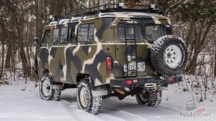 УАЗ Буханка в камуфляжной раскраске с силовым обвесом и багажником на крыше