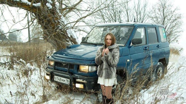УАЗ Симбир и девушка в зимнем лесу