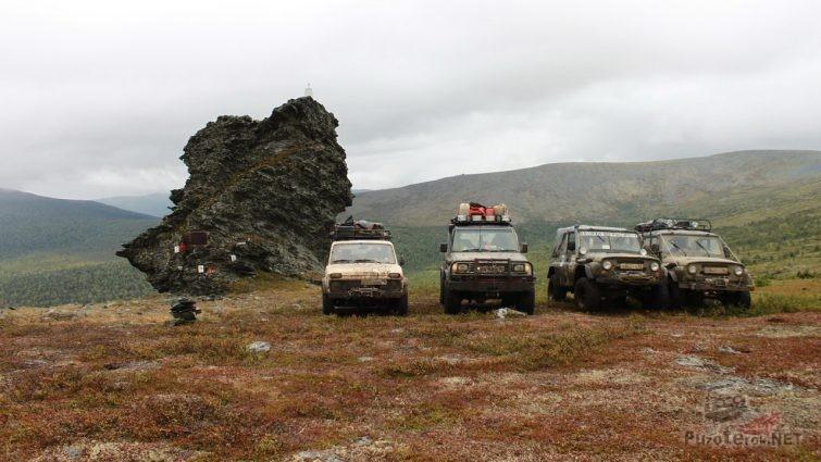 Внедорожники на перевале Дятлова