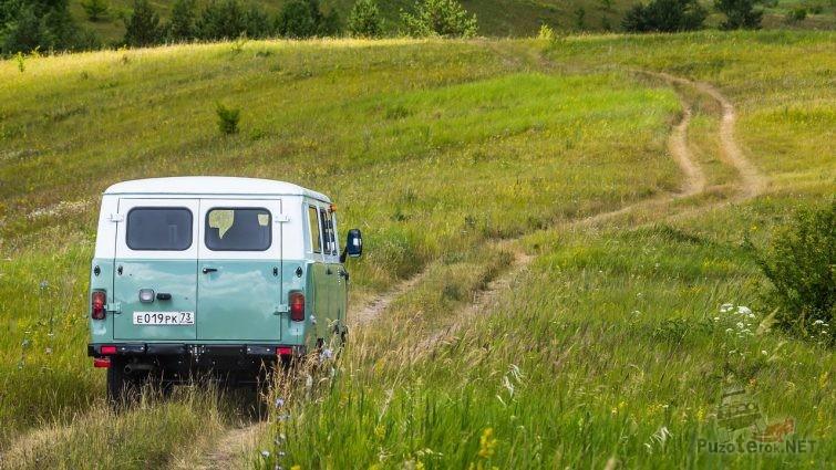 Юбилейная спецверсия буханки на грунтовой дороге с красивым пейзажем