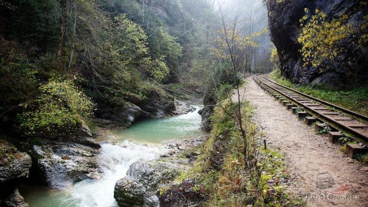 Железная дорога вдоль ручья в Гуамском ущелье