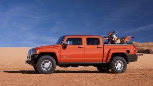 Хаммер-пикап с мотоциклом в кузове
