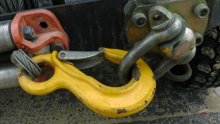 Крюк лебёдки зацеплен за шакл