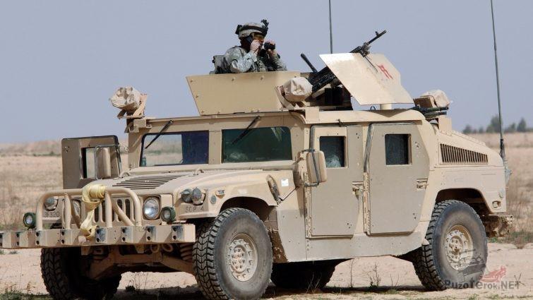 Солдат американской армии на военном хаммере