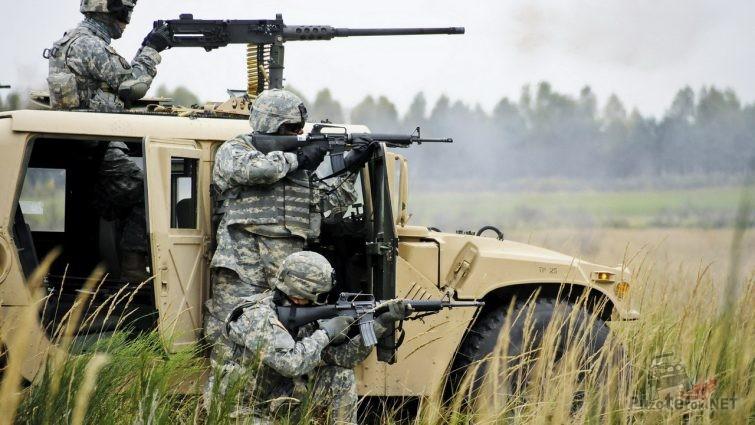 Солдаты американцы с винтовками M16 возле хаммера