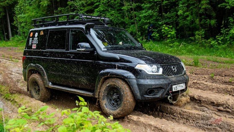 УАЗ Патриот едет по грязи