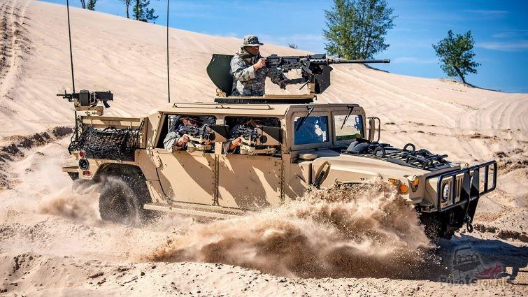 Военный хаммер с наёмниками в пустыне