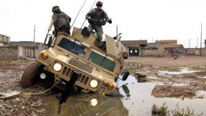 Военный хаммер застрял в луже
