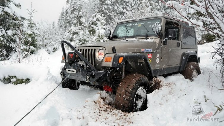 Вытаскивание джипа из снега с помощью лебёдки