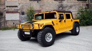 Жёлтый Hummer H1 на больших внедорожных колёсах