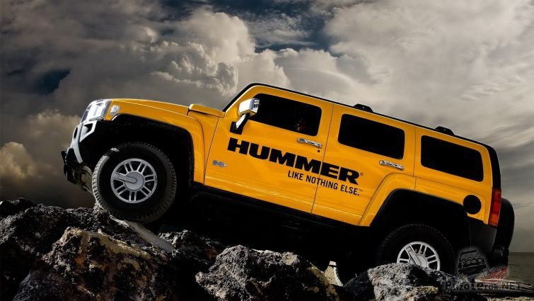 Жёлтый хаммер едет по скальнику