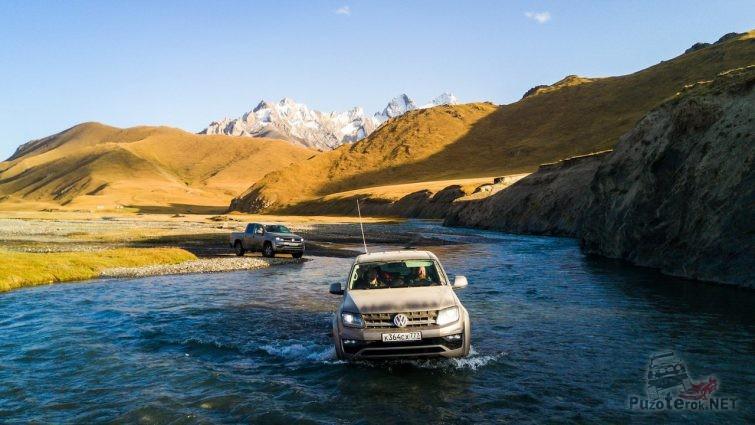 Амароки едут вброд по горной реке