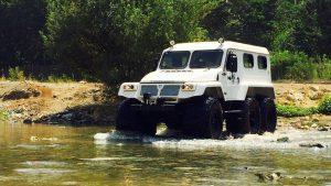 Болотоход Трэкол 39294 переезжает реку