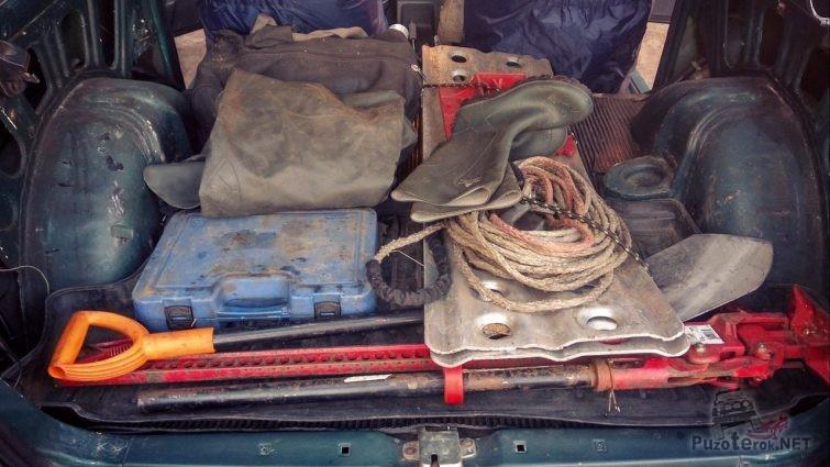 Домкрат, лопата и сэнд-траки в салоне нивы