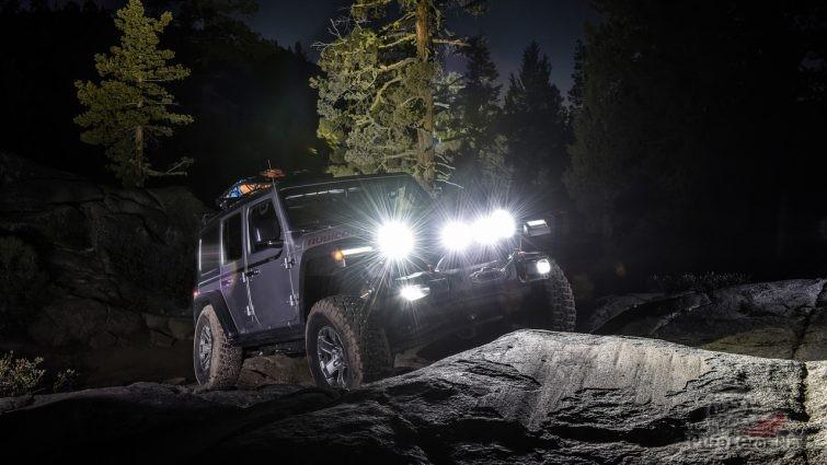 Джип на ночном приключении в горах на бездорожье