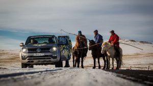 Фольксваген амарок и монголы на лошадях