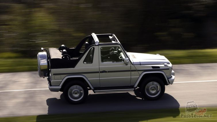 Гелендваген-кабриолет едет по шоссе