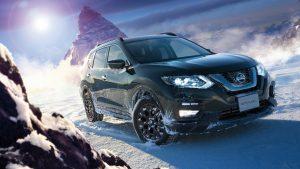 Икс-трейл едет по снегу в горах