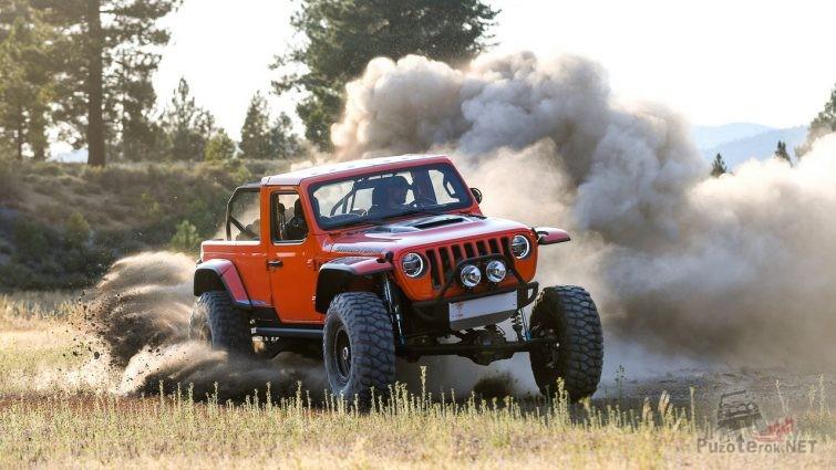 Jeep Sandstorm мчится по грунтовке
