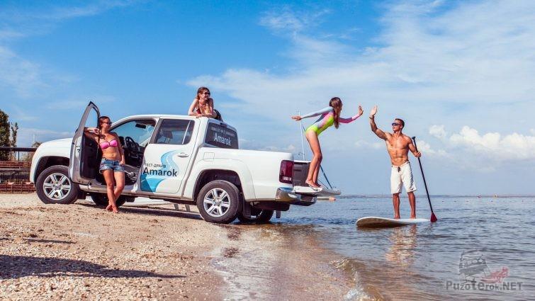 Красивые девушки с амароком и сёрфингист