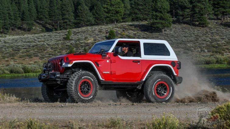 Красный Jeep Jeepster с белой крышей