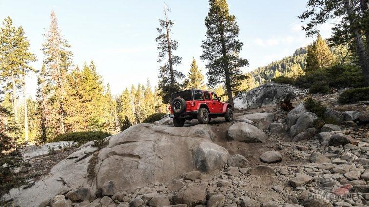 Красный джип на скальнике