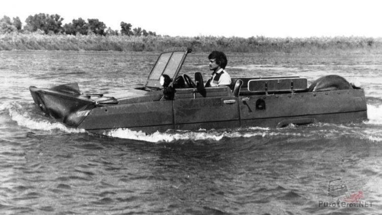 Мужчина плывёт на амфибии УАЗ