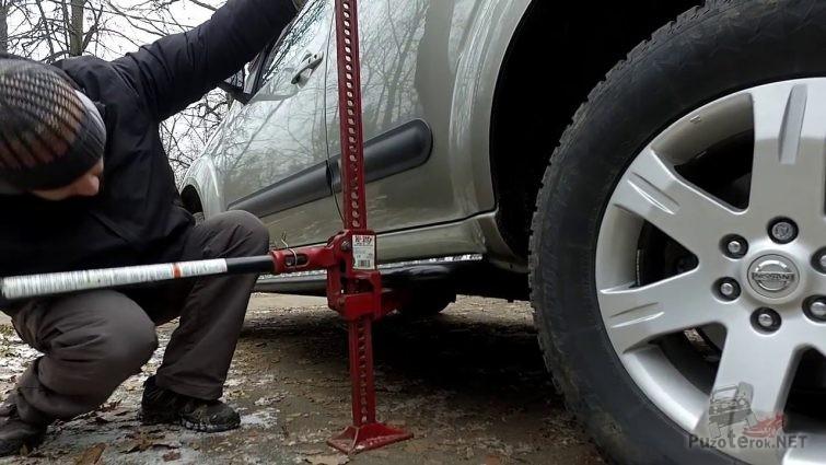 Подъем автомобиля Джеком за силовой порог