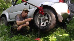 Поднятие автомобиля хай-джеком за колесо