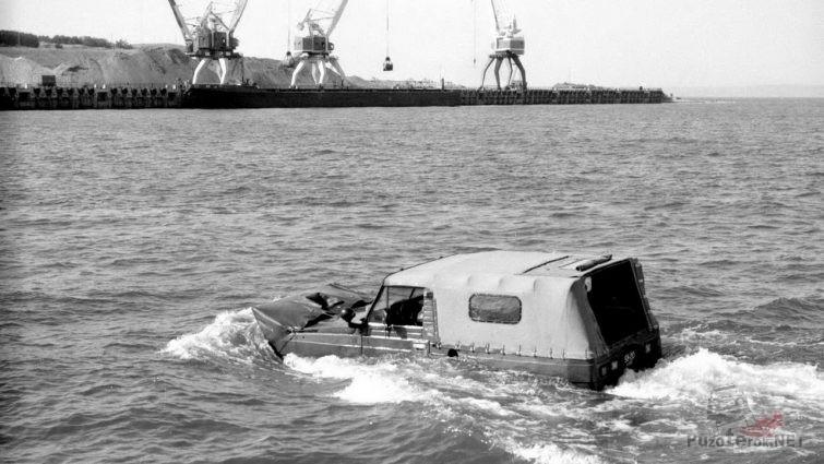 Ретро-фото плывущего УАЗ-3907