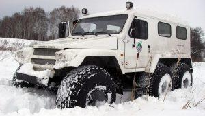 Снегоболотоход трэкол едет по снегу