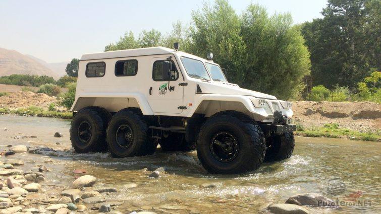 Трэкол 6x6 едет по мелкой реке