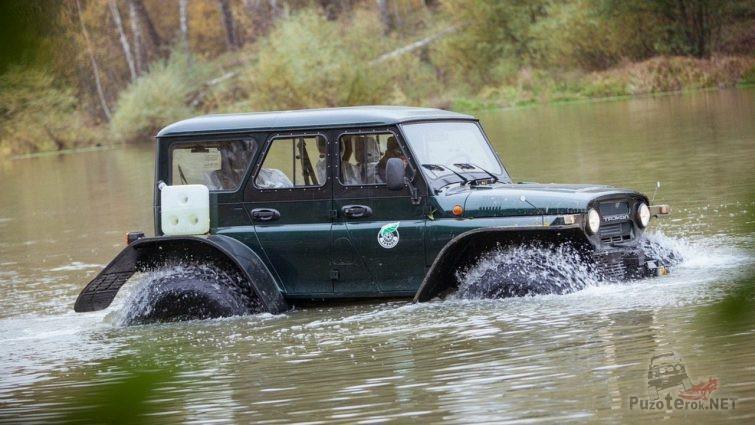 Трэкол УАЗ плывёт по реке