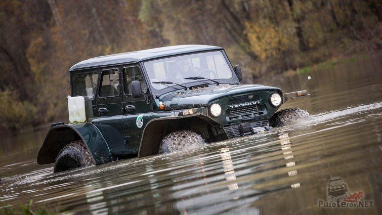 Трэкол трофи 39041 УАЗ переезжает реку