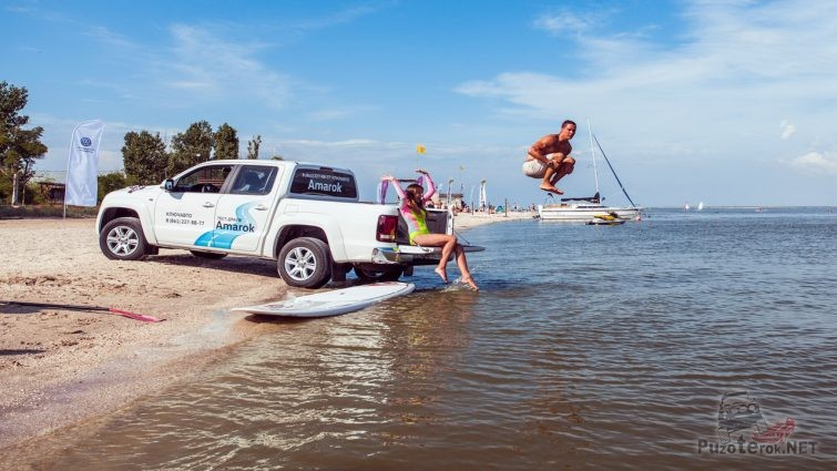 Туристы прыгают с борта пикапа в море