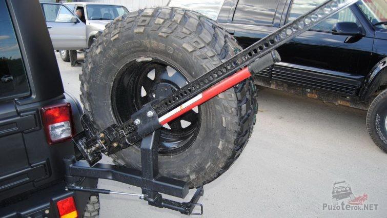 Устройство крепления реечного домкрата на запасном колесе