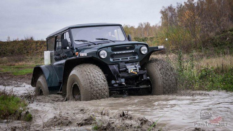 Внедорожник трэкол УАЗ едет по грязи