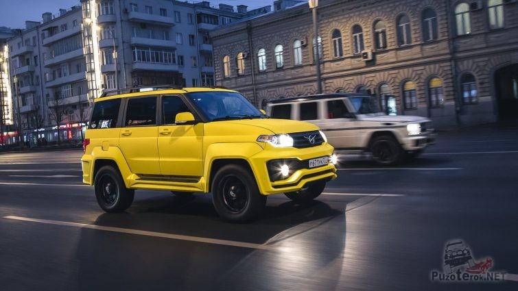 Жёлтый УАЗ патриот на городской автостраде