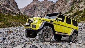 Жёлтый гелендваген на курумнике в горах