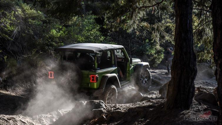 Зелёный джип поднимает пыль