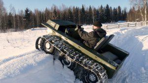 Гусеничный Охотец едет по снегу