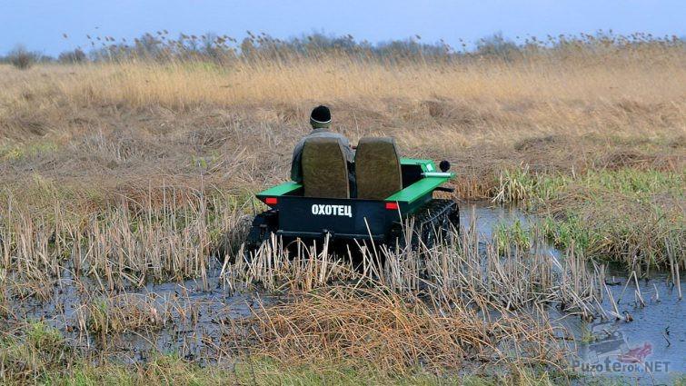 Охотец едет по болоту