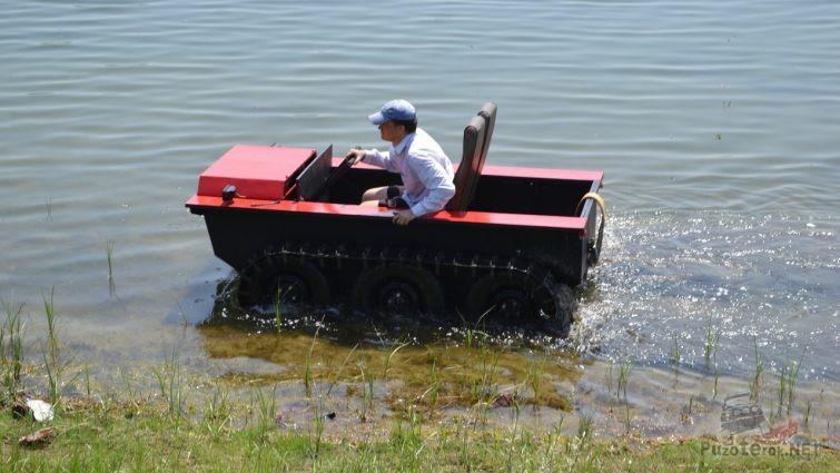 Охотец едет по мелководью
