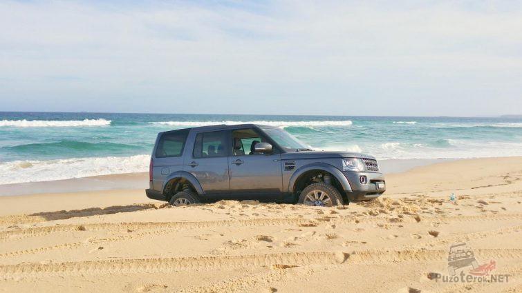 Дискавери застрял в песке на берегу моря